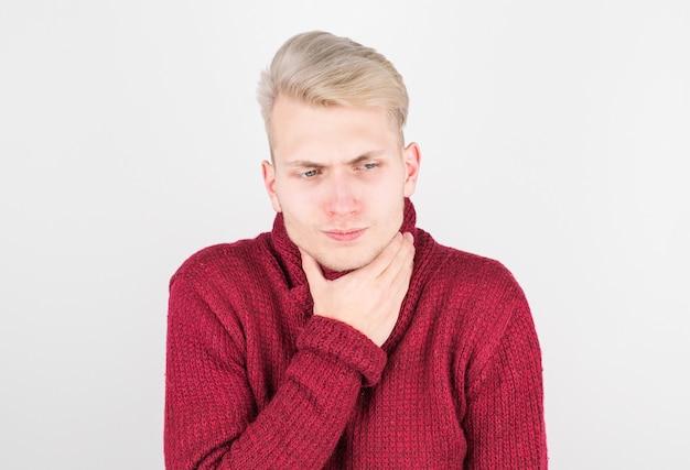 Красивый мужчина в красном шарфе страдает от боли в горле. понятие о медицине и сезонных простудных заболеваниях.