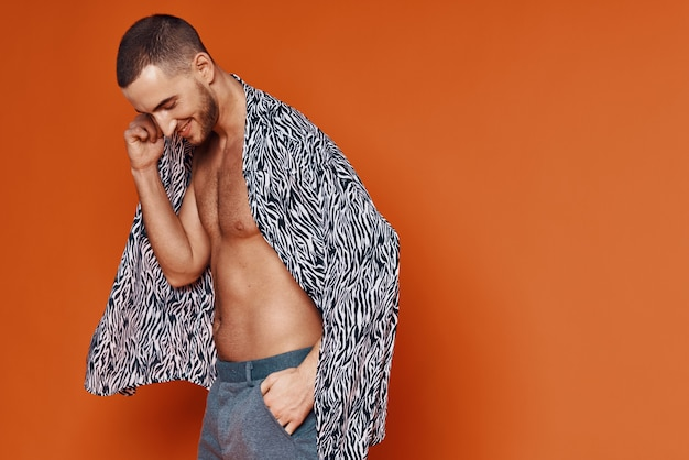 패션 오렌지 배경 포즈 셔츠 누드 몸통에 잘 생긴 남자