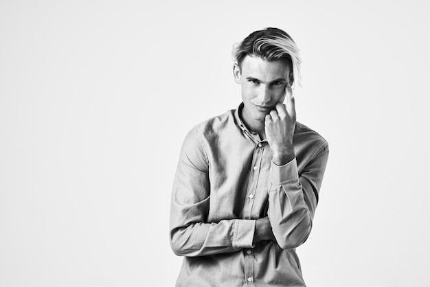 Красивый мужчина в рубашке модная прическа в современном стиле модельная студия