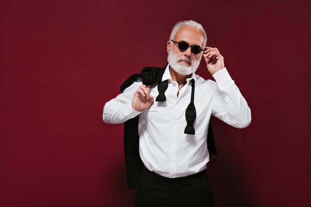 선글라스를 미루고 양복 잘 생긴 남자