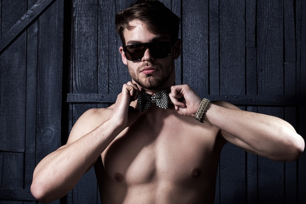 Красивый мужчина в солнечных очках, портрет парня стиля моды.