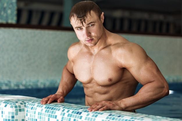 수영장에서 잘 생긴 남자