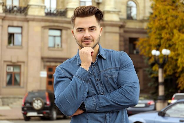 Красивый мужчина на улице