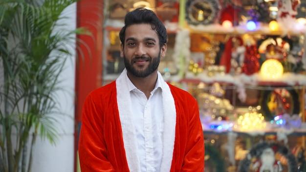 Красивый мужчина в бело-красном халате