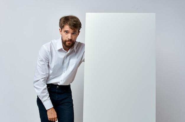 Красивый мужчина в белой рубашке рекламной студии копией пространства