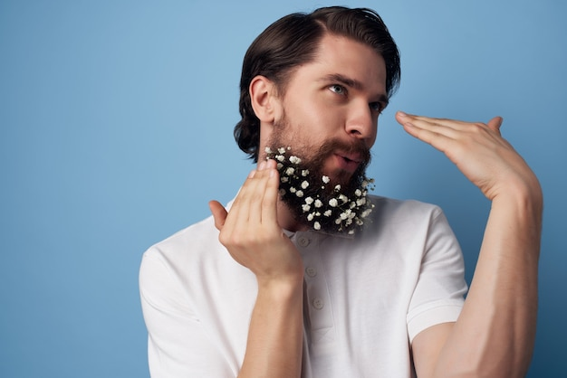 白いシャツのひげのハンサムな男はいグルーミングヘアスタイルの装飾