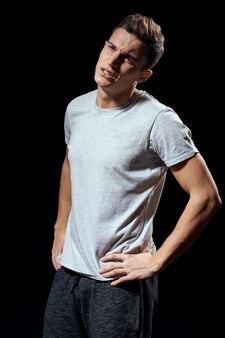 白いtシャツのハンサムな男
