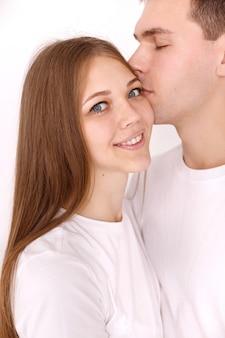 잘 생긴 남자는 아름 다운 행복 한 여자를 키스. 사랑에 젊은 부부