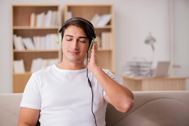 Красивый мужчина слушает музыку