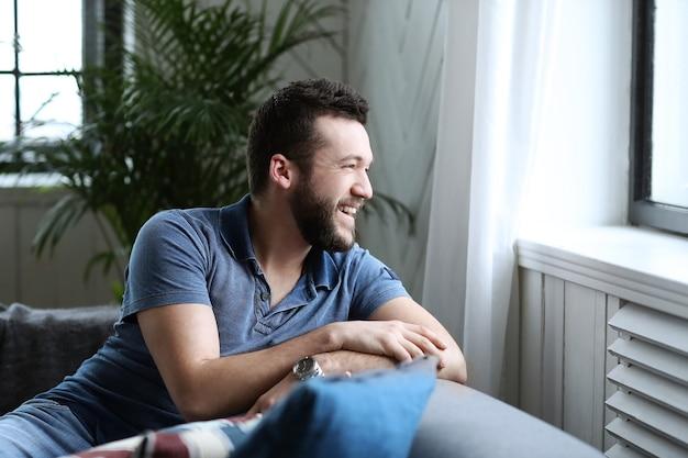 Красивый мужчина смотрит в окно из тренера