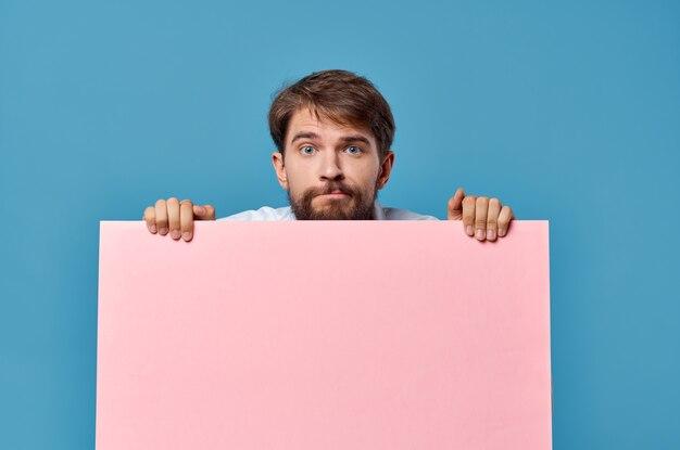 手でハンサムな男のピンクのバナー空白シートプレゼンテーション青い背景