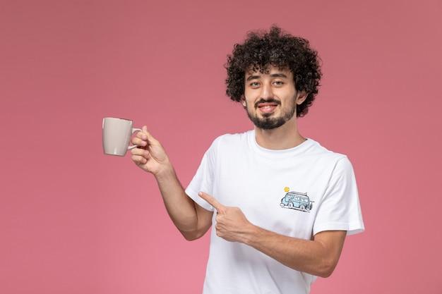 그의 컵을 지적 잘 생긴 남자