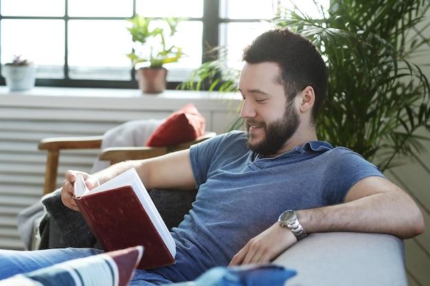 코치에서 책을 읽고 잘 생긴 남자