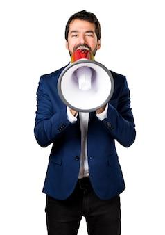 Uomo bello urlando dal megafono