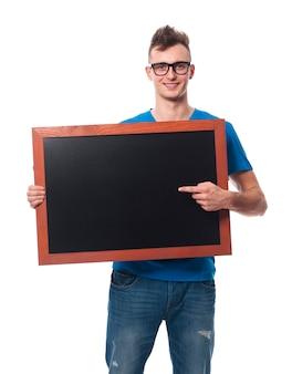 空の黒板に表示されているハンサムな男