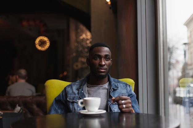 Красивый мужчина сидит в кафе
