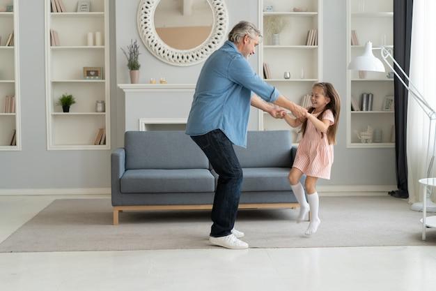 Красивый мужчина проводит время дома со своей милой маленькой дочкой. с днем отца! папа и дочь.