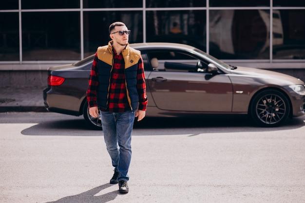 Красивый мужчина стоял у машины
