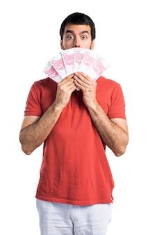 Красивый мужчина берет много денег