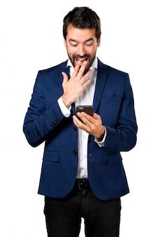 Uomo bello che parla al cellulare