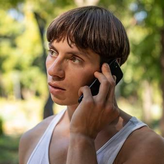 屋外で電話で話しているハンサムな男