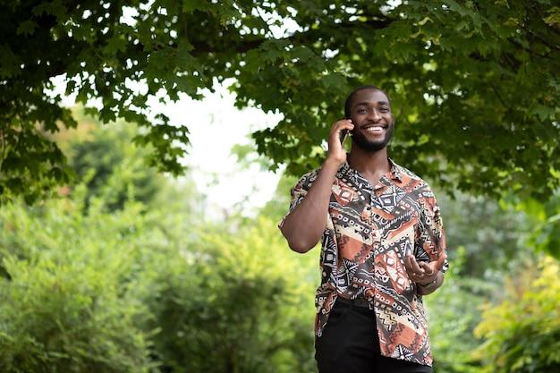 Bell'uomo che parla al telefono all'aperto