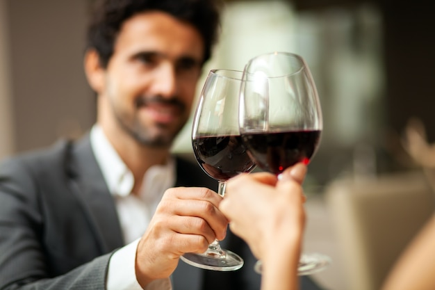 赤ワインのグラスを味わうハンサムな男
