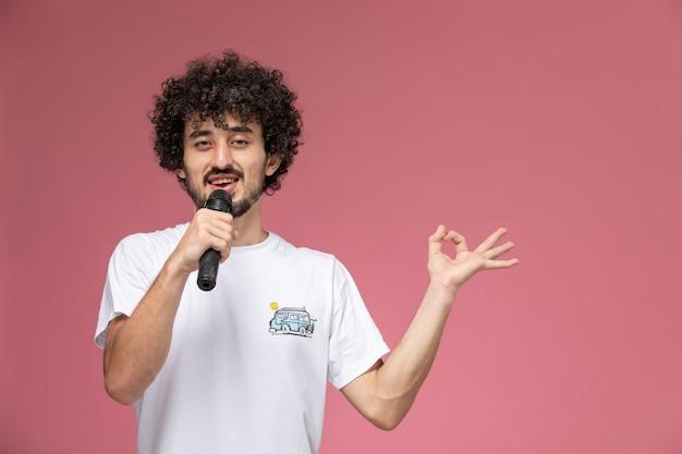 Красивый мужчина показывает палец вверх и показывает жест