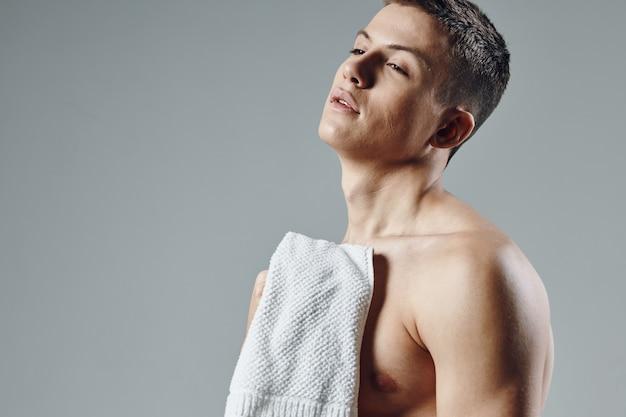 잘 생긴 남자 수건 그의 펌핑 된 몸 자른보기.