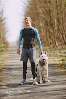 ハンサムな男が夏の森でトレーニング