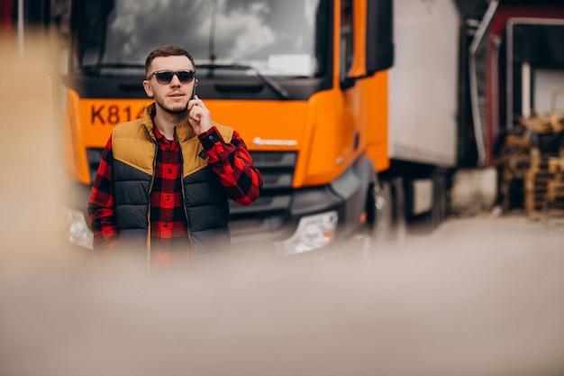 Красивый мужчина водитель грузовика, стоя у грузовика