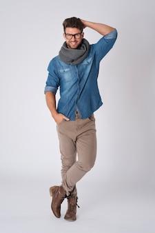 Красивый мужчина в модных очках и шарфе