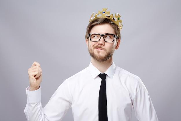 흰 셔츠, 왕관과 안경 벽, 비즈니스 개념, 복사 공간, 초상화, 생각, 모의를 입고 잘 생긴 남자.