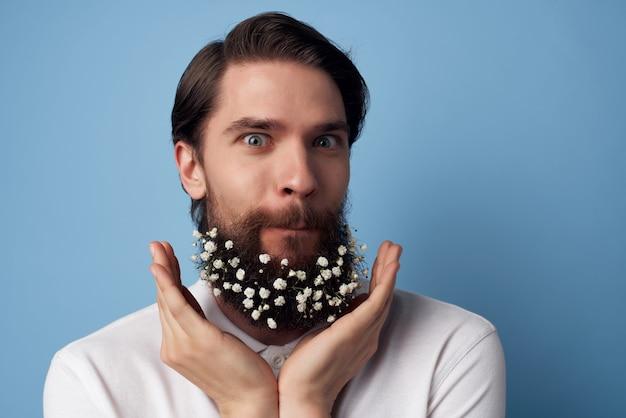 花の装飾理髪ファッションとハンサムな男の白いシャツのひげ