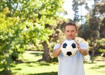 Красивый мужчина с мячом
