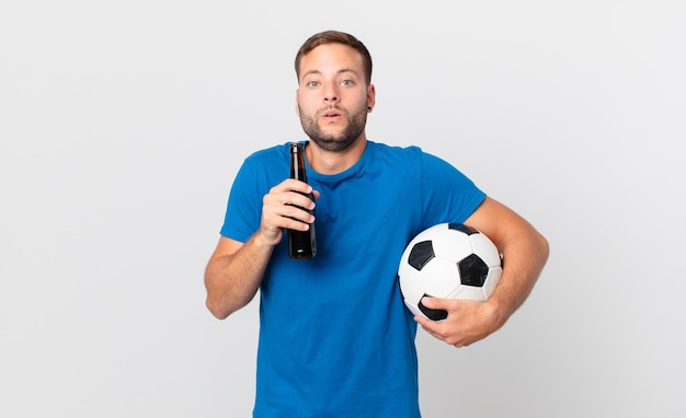 맥주와 축구공을 든 잘생긴 남자