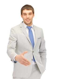 握手の準備ができて開いた手を持つハンサムな男