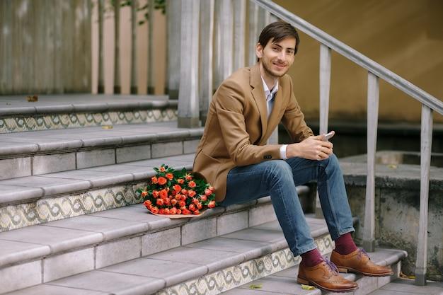 Красивый мужчина с букетом роз