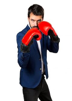 Uomo bello con i guanti di pugilato