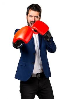 ボクシンググローブでハンサムな男