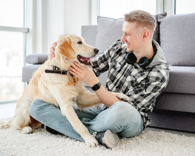 Красивый мужчина с милой собакой