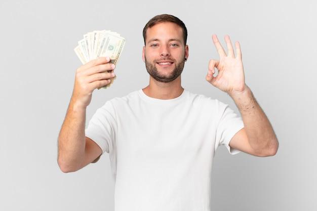 Красивый мужчина с долларовыми банкнотами