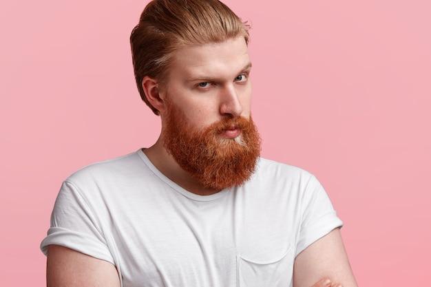 生姜のひげを持つハンサムな男
