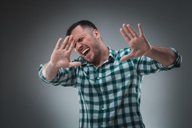 緑のシャツを着たハンサムな男は停止を言います