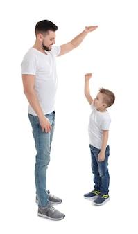 白い表面に彼の息子を持つハンサムな男