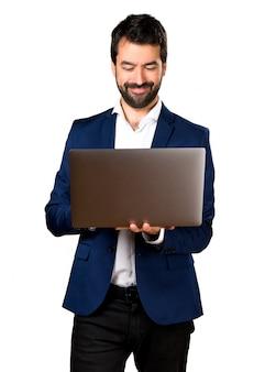 Uomo bello con il computer portatile