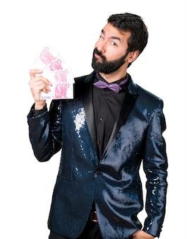 Красивый мужчина с курткой блестки, берущей много денег