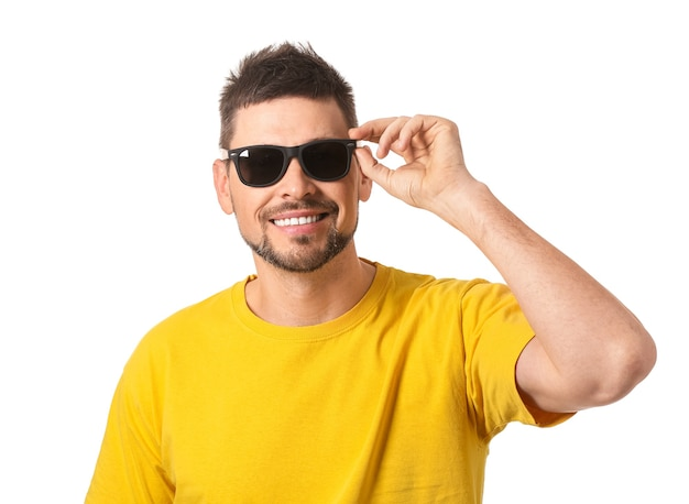 Красивый мужчина в солнцезащитных очках