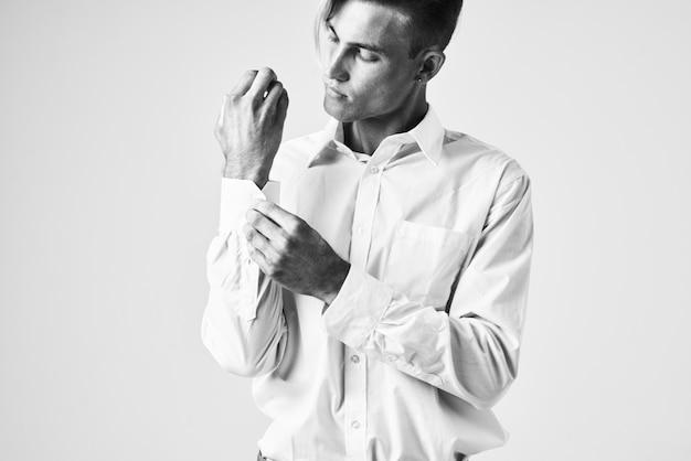 トレンディな髪型の白いシャツの肖像画のファッションとハンサムな男