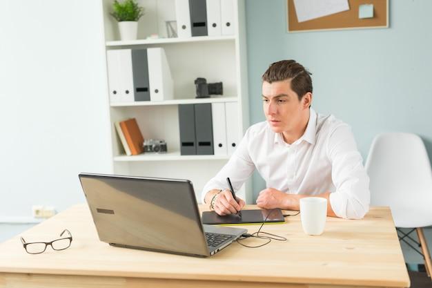 Красивый мужчина, работающий с графическим планшетом
